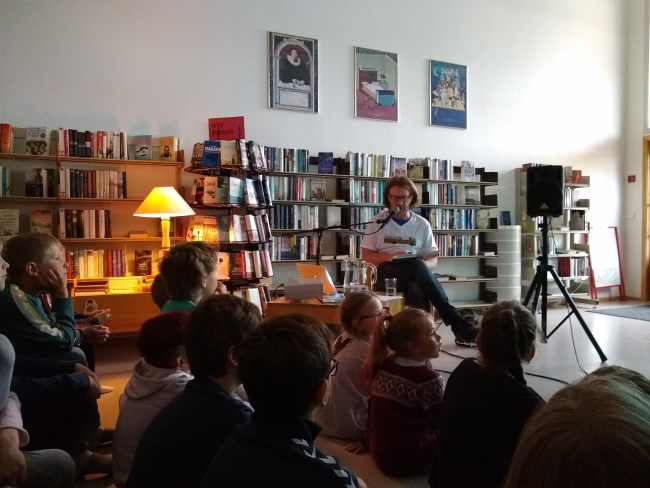 Situasjonsbilete frå boklesing med André Vaaler på Sinnes folkebibliotek